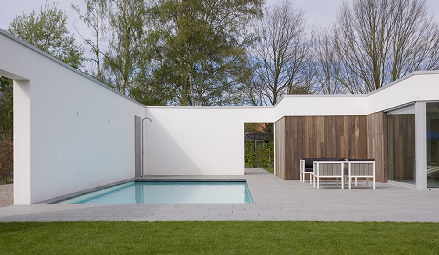 Piscine droite au design contemporain