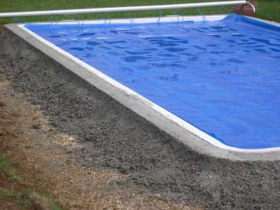 installation de la ceinture en beton de la piscine avec margelle