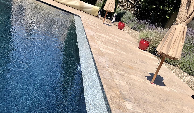 Banquette piscine en béton avec carrelage en mosaïque