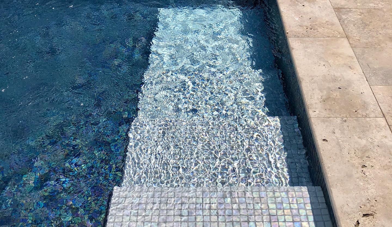 Escalier piscine carrelé en mosaïque de verre